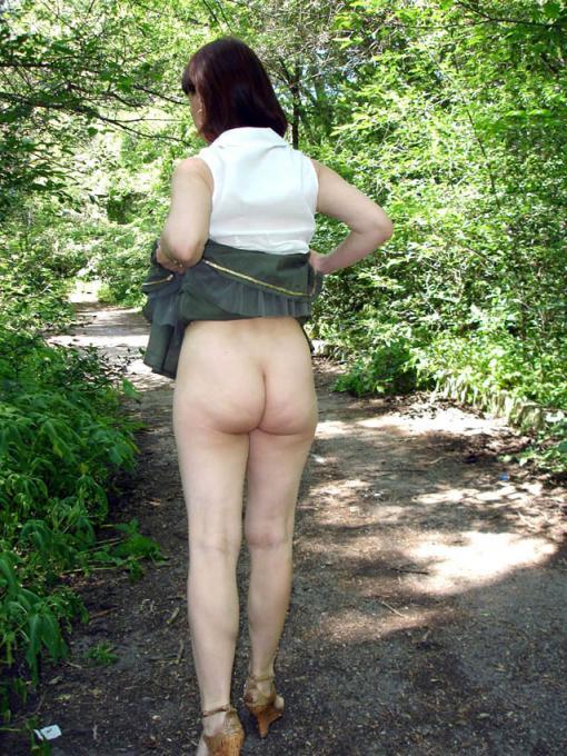 женщина откровенно задрала юбку