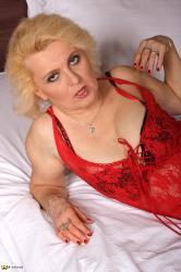 Старую проститутку ебет проститутки тюмень бесплатные